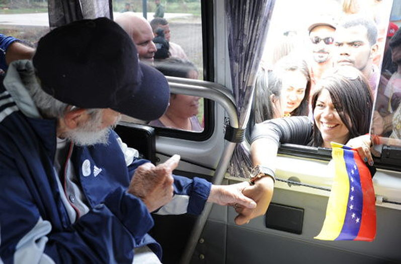Former Cuban president Fidel Castro greets a delegation of Venezuelan who are in Cuba to take part in social and political activities, in Havana on March 30, 2015.